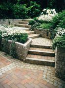 Aufwendige-Stufenanlage-aus-Granit-und-Klinker-mit-harmonischer-Bepflanzung